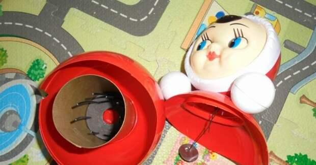 В самом низу находится противовес, шпицы и грузик на штыре нужны лишь для создания мелодии при качании.  Фото: chantalanta.blogspot.com.