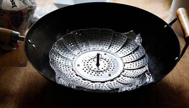 Превращаем сковородку в коптильню. Теперь можно коптить еду на обычной городской кухне