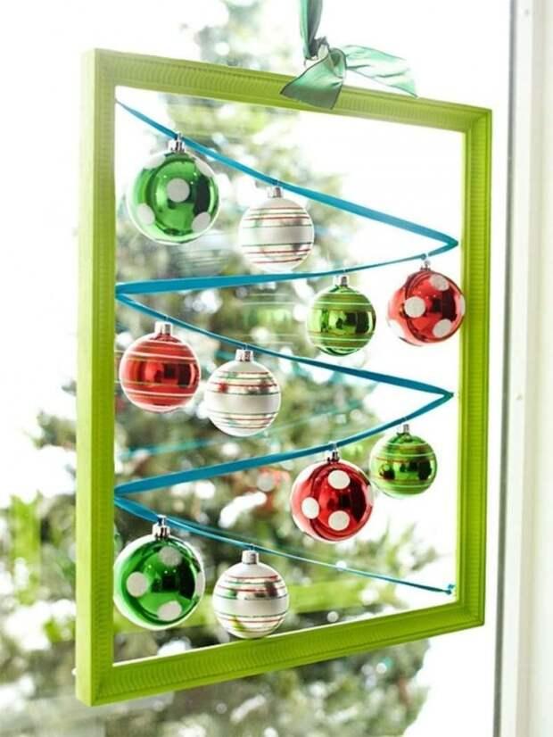 Необыкновенно преобразит окно в вашем доме подвешенная на ленте крашеная рамка, внутри которой натянута тесьма с елочными шарами