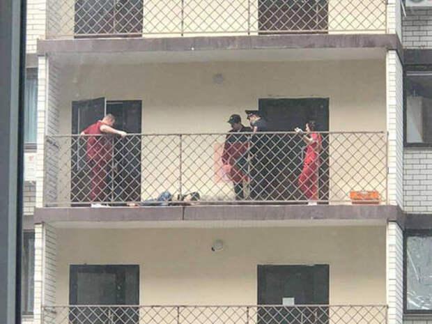 На балконе многоэтажки в Краснодаре нашли тело мужчины в крови