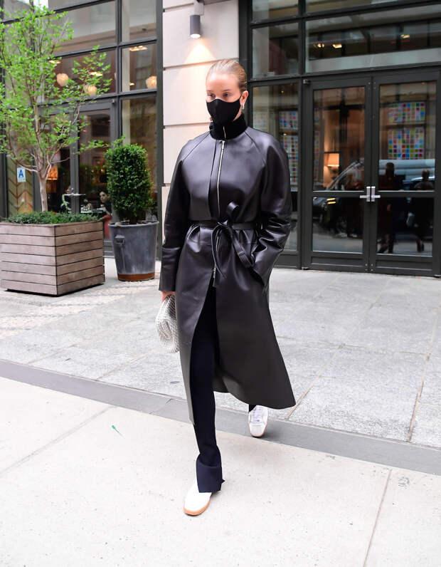 Кожаный плащ и белые кеды — самое модное комбо весны от Роузи Хантингтон-Уайтли