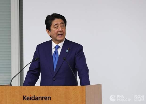 Премьер-министр Японии оказался в центре коррупционного скандала, способного привести политика к отставке