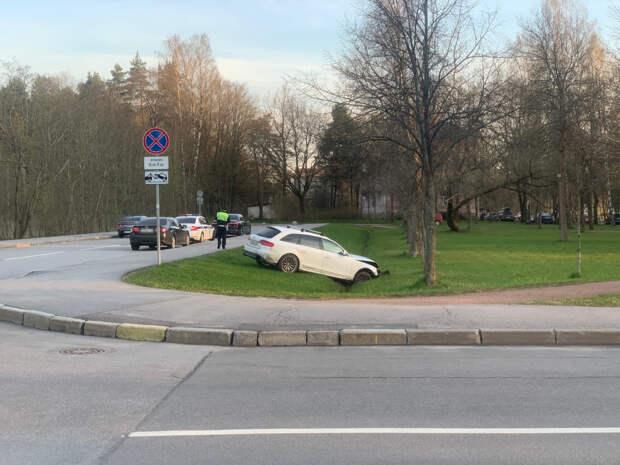 Водитель Audi устроил ДТП напротив здания вневедомственной охраны в Петергофе и скрылся. Отловили его в канаве