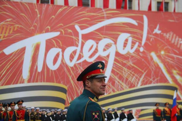 """Водный парад и """"Группа крови"""": как в Петербурге встретили День Победы"""