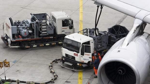 Заправка самолета топливом