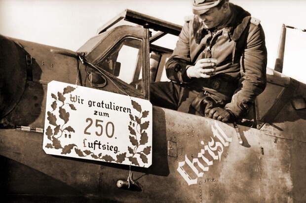После приземления юбиляру была преподнесена табличка с надписью «Поздравляем с 250-й воздушной победой». Надпись «Christl» на борту «Мессершмитта» — имя невесты летчика, присутствовавшее на большинстве его самолетов. Надпись непосредственно связана с событием — вскоре Баркхорн женился в отпуске, предоставленном по случаю 250-й победы. - «Шейная чесотка» – профессиональная болезнь асов люфтваффе? | Военно-исторический портал Warspot.ru