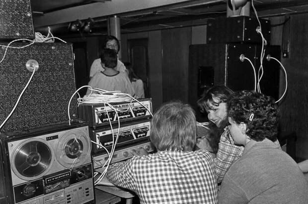 12. Диск-жокей и его помощницы СССР, дискотеки, лихие 90-е, танцы ссср, фото