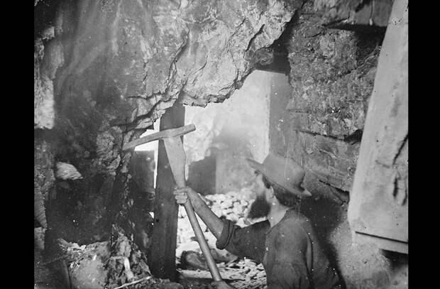 Шахтёр в девятистах метрах под землей в руднике на Комсток Лоде в Вирджиния-Сити, штат Невада. Снимок в 1867 году.