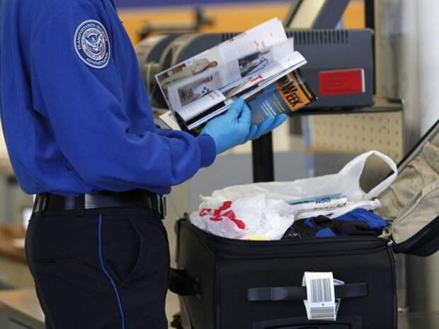 3. Когда не успел почитать свежий выпуск аэропорт, багаж, путешественники, фото, юмор