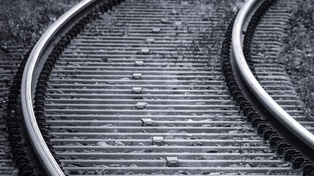 Сидящий на путях мужчина погиб под поездом в Выборге