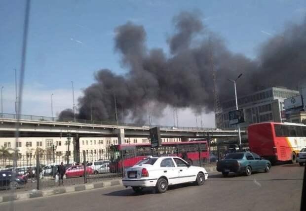 Более 20 человек погибло при пожаре на вокзале в Каире