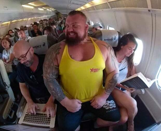 Два огромных силача еле влезли в кресла, путешествуя в экономклассе