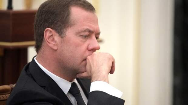 Волосы дыбом - сначала пенсионная реформа, теперь четырехдневка: Политолог уличил Медведева в двойных стандартах