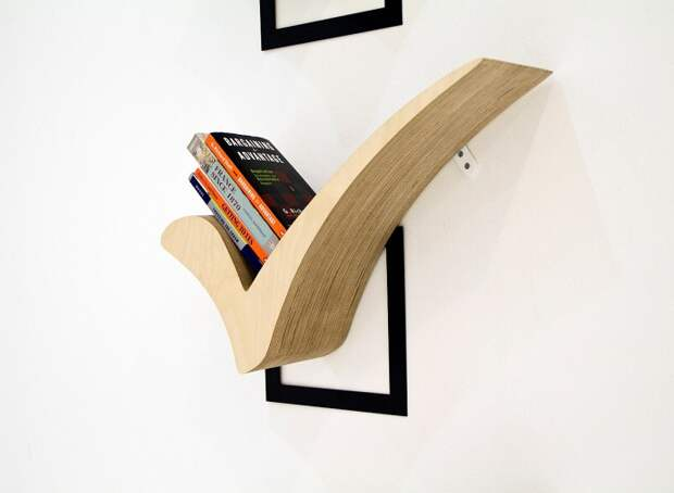 Прекрасный вариант создать оптимальный интерьер в комнате благодаря декорированию стены деревянными полочками.