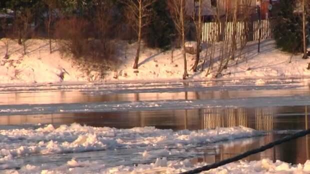 На севере Хабаровского края ледоход разрушил бывшее здание магазина