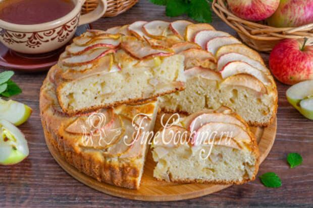 Готовому яблочному пирогу на творожном тесте даем остыть, нарезаем порционными кусочками и подаем