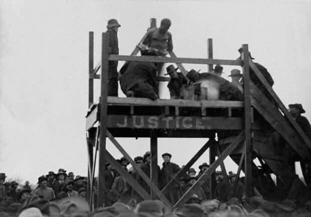 Родственники убитого ребенка пытают преступника раскаленным железом, а после сжигают на костре. Техас, США, 1893 | Фото: glavpost.com