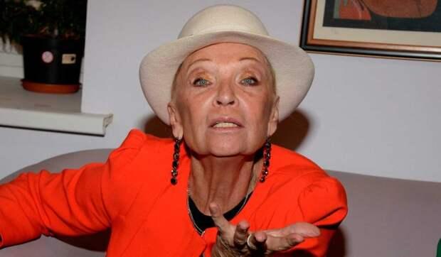 «Она мальчиков достала»: вешающуюся на Шаляпина 80-летнюю Светличную закидали яйцами