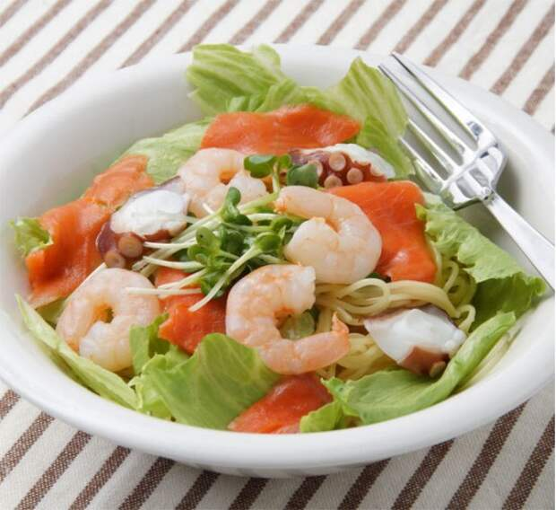Салат из рисовой лапши и морепродуктов