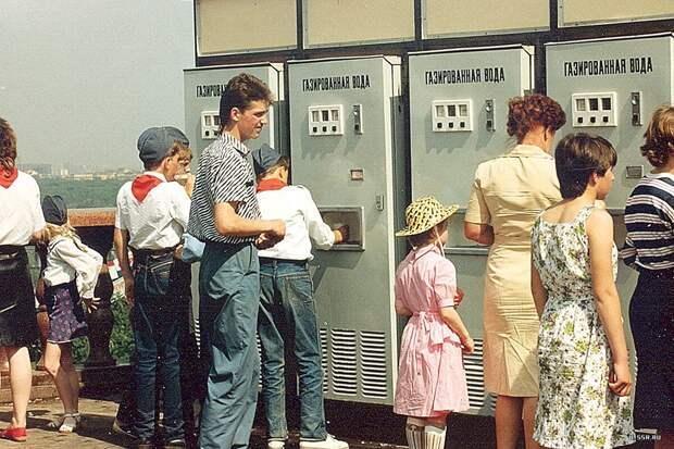 Люди вспоминают 80-е годы. Сколько получали зарплату, пенсию, что можно было купить и легко ли было жить, вообще?