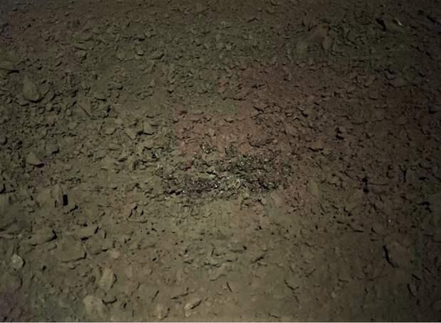 Китайский ровер обнаружил на обратной стороне Луны странное вещество