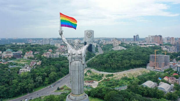 СТРАНА: накануне 22 июня Родину-мать в Киеве нарядили в ЛГБТ-символику