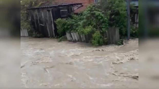 На Кубани вышедшая из берегов река затопила 12 домов ВИДЕО