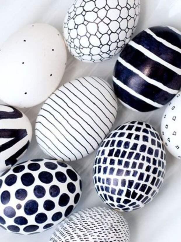 белые яйца разрисованные черным маркером