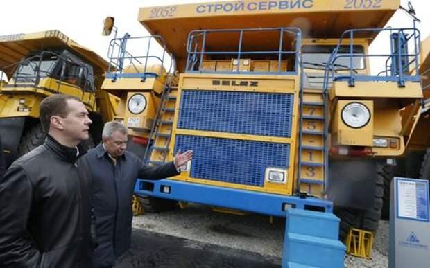 Медведев освободил от налогов зарегистрированные на юрлица автомобили