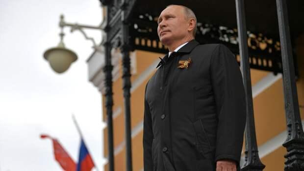 Путин и президент Таджикистана вышли на Красную площадь перед началом парада в Москве
