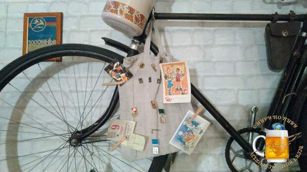 Погружаемся в атмосферу СССР: советский велосипед, открытки и значки.