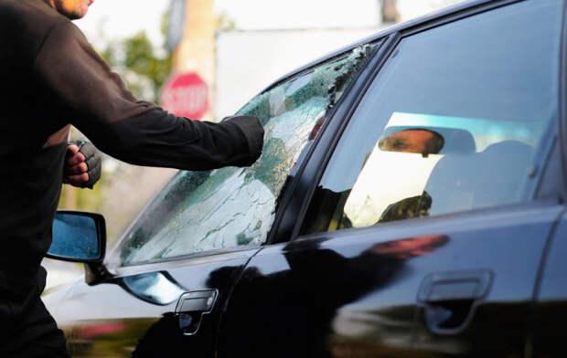 В Туапсе двое парней разгромили припаркованные машины