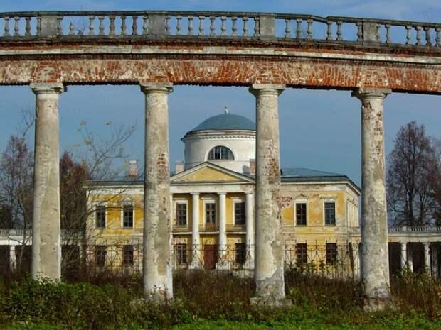 Сегодня роскошный дворец пребывает в удручающем состоянии. /Фото: rest-vm.ru