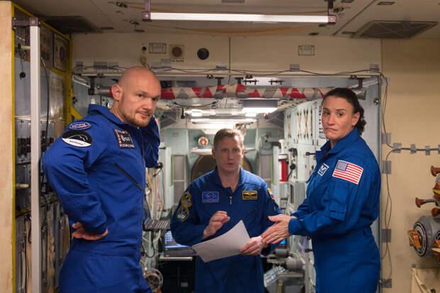 Члены космического экипажа в то время на орбите  (2018 год) . Серена Ауньон  -крайняя женщина справа.  фото: картинки яндекса.