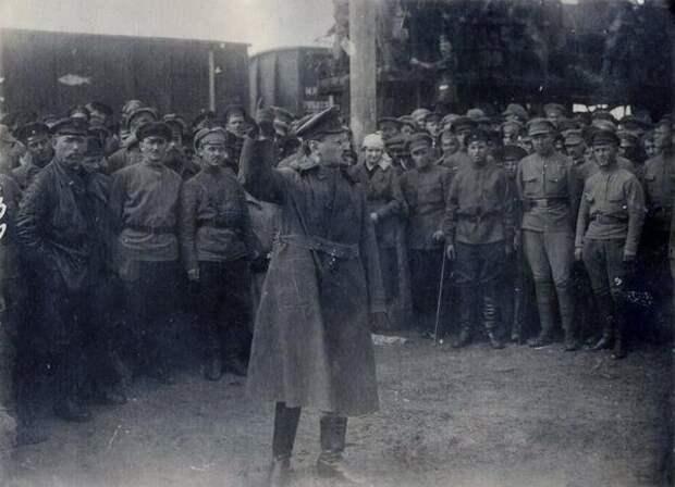 Фото из архива МАММ/МДФЛев Троцкий выступает перед солдатами