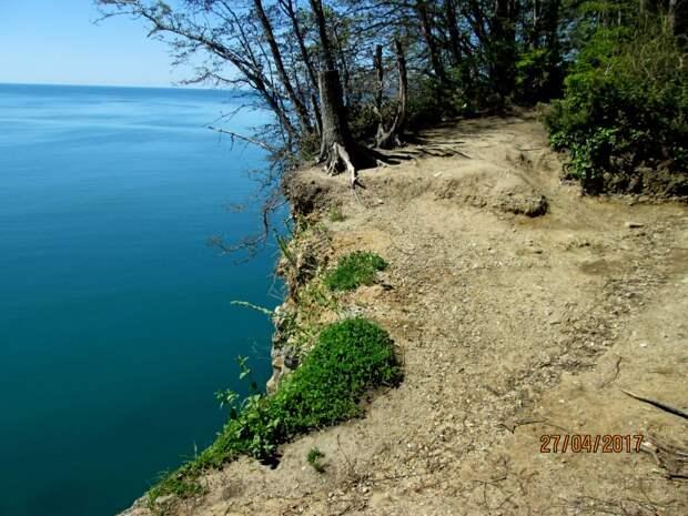 Морская галька, песок, глина на вершине скалы.