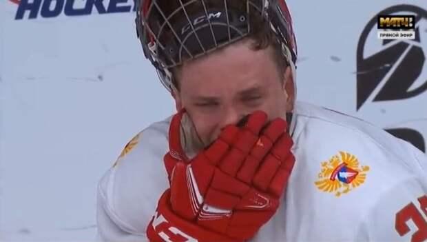 Хоккеист сборной России расплакался прямо на льду после поражения от Канады в финале ЮЧМ