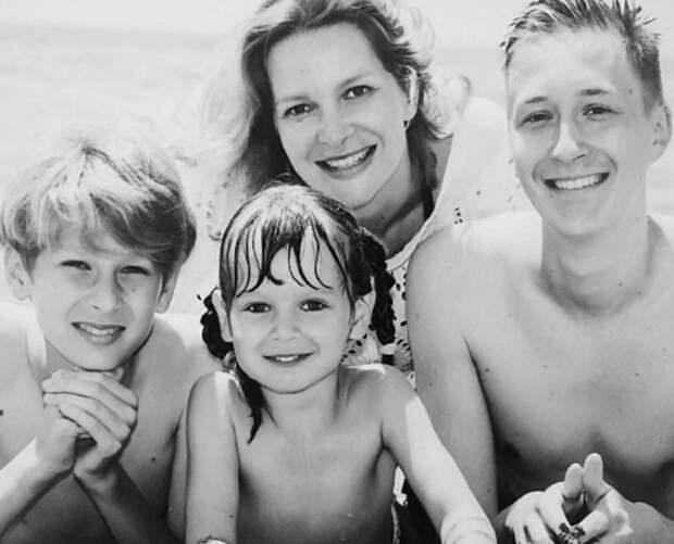 Два сыночка и лапочка дочка: кто ждет дома со съемок Александру Флоринскую