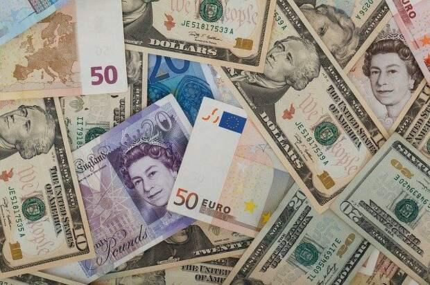 Доллар и евро подешевели к рублю на фоне заявлений Путина