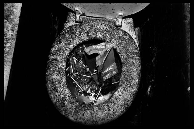 Унитаз наполненный большим количеством капсул и шприцов
