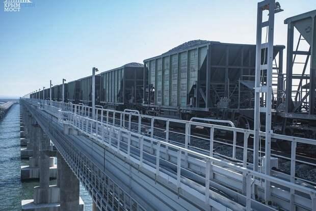 По Крымскому мосту проехали первые грузовые поезда