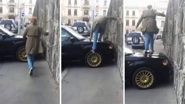 Дороги для машин, тротуары для пешеходов: женщина прошла по капоту автомобиля