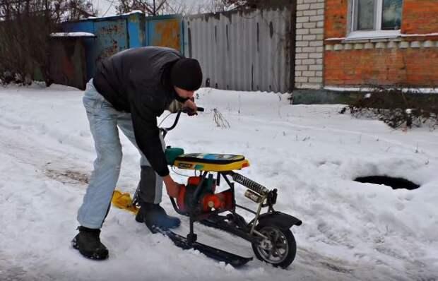 Энтузиаст с золотыми руками сделал снегоход из старых санок и мотора бензопилы