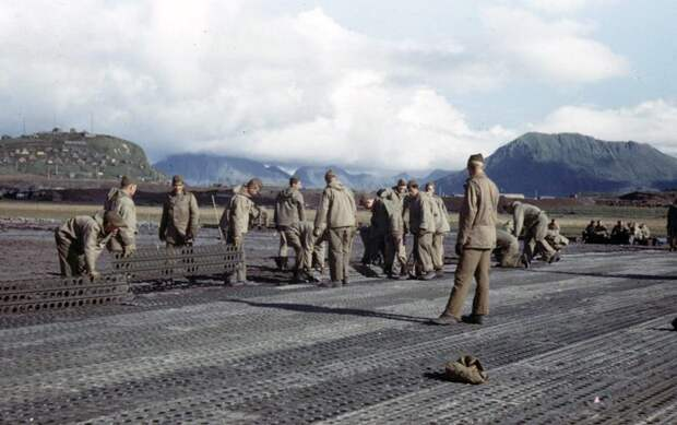Американские солдаты укладывают временное аэродромное покрытие для полевого аэродрома Великая отечественая война, архивные фотографии, вторая мировая война