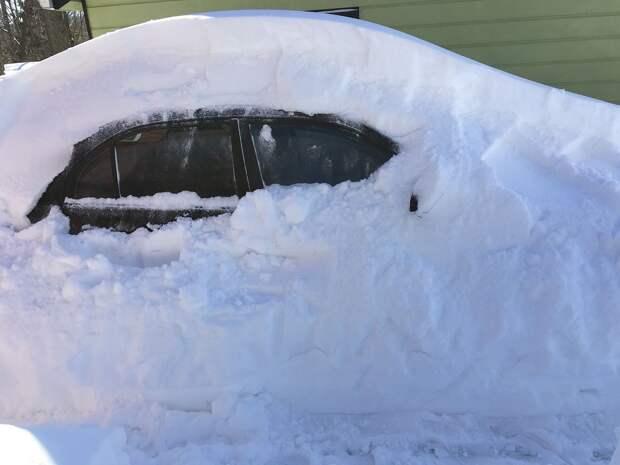 Эксперты рассказали, почему надо как можно скорее извлекать автомобиль из сугроба