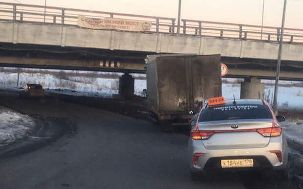 Первая ГАЗель проехала под мостом «Газель не проедет». Но не полностью