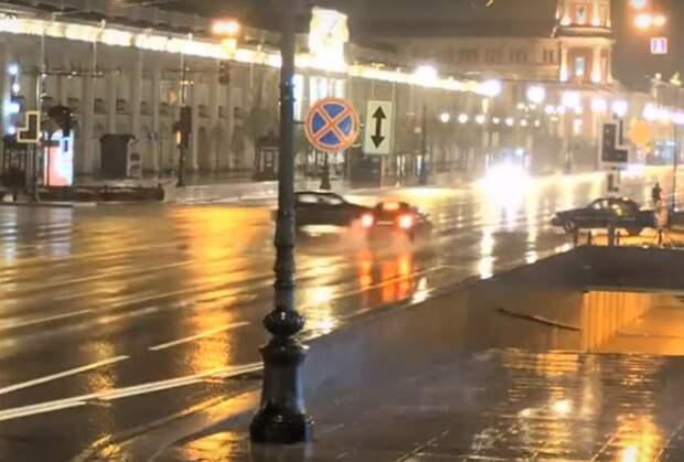 Светофор на Невском умер в грозу. Не прошло и 7 минут, как случилось ДТП