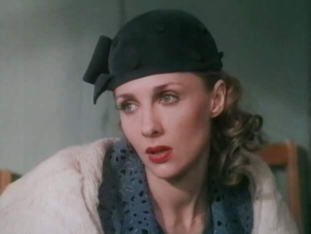 Елена Яковлева в роли Ани, жены капитана Крюкова   Фото: kino-teatr.ru