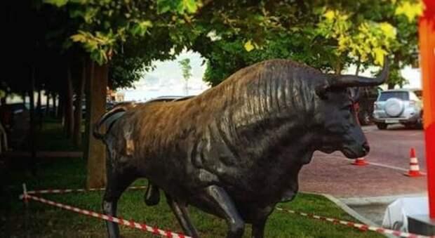 В Новороссийске скульптура быка осталась без гениталий ВИДЕО