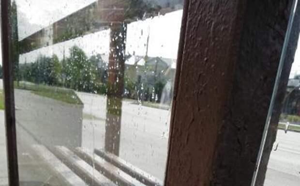 На остановку в Куркине вернули стекло